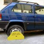 Ganasce alle ruote dell'auto per tasse non pagate